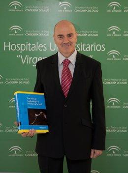 Natalio Cruz Con El Primer Tratado En Castellano De Andrología Y Medicina Sexual