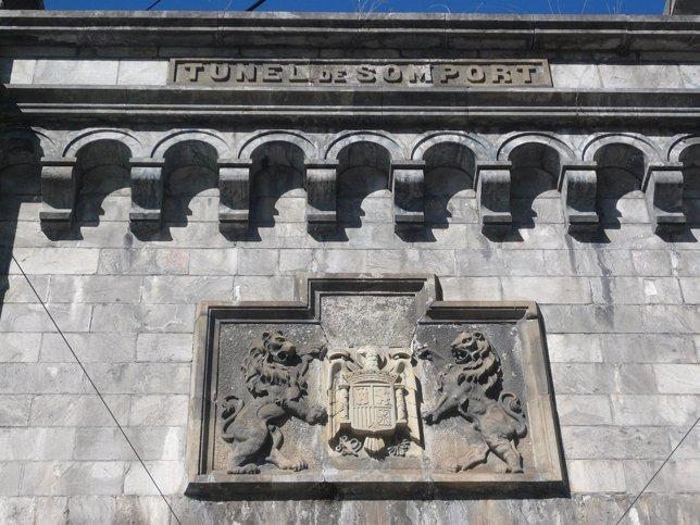 Escudo Franquista En La Boca Del Antiguo Túnel De Somport (Huesca)