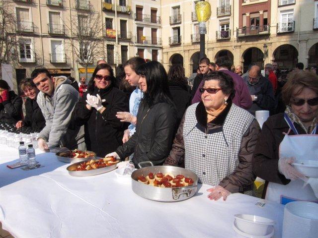 Un Grupo De Colaboradores Del 'Pincho Solidario'