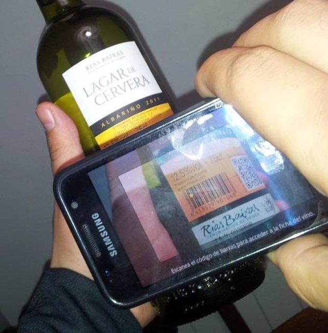 Un Smartphone Con La Aplicación Escanea El Código De Una Botella De Vino