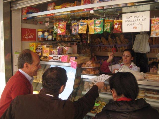 Reparto De Material En El Mercado De El Carmen