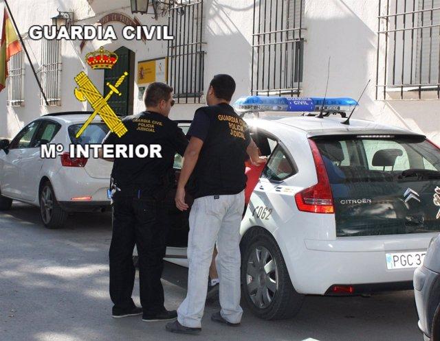 Los Agentes Introducen En El Vehículo Policial A Uno De Los Detenidos