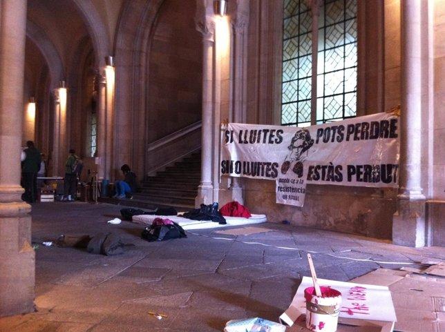 Acampada En El Vestíbulo Dl Edificio Histórico De La UB