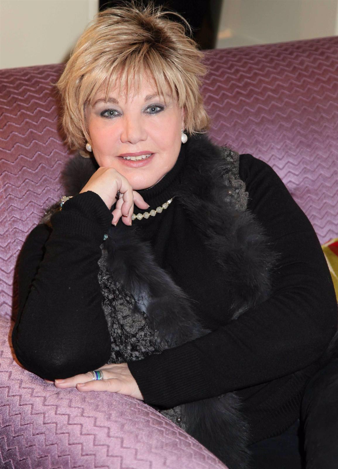 La Cantante Karina En Un Sofá