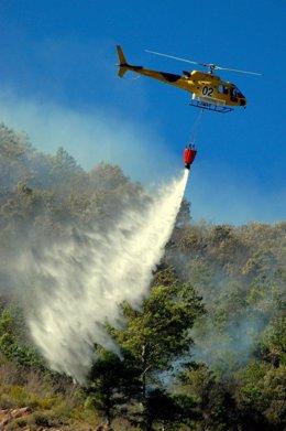 Helicóptero Trabajando En Un Incendio. Fuego. Extinción. Bomberos.
