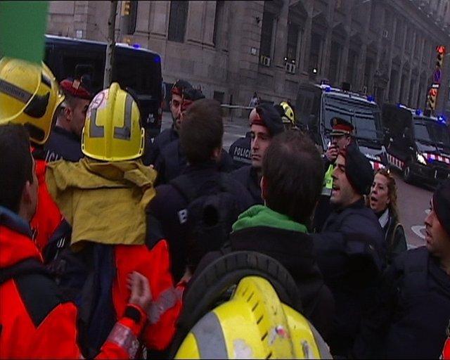 Tensión Entre Mossos Y Bomberos En Una Manifestación En Barcelona