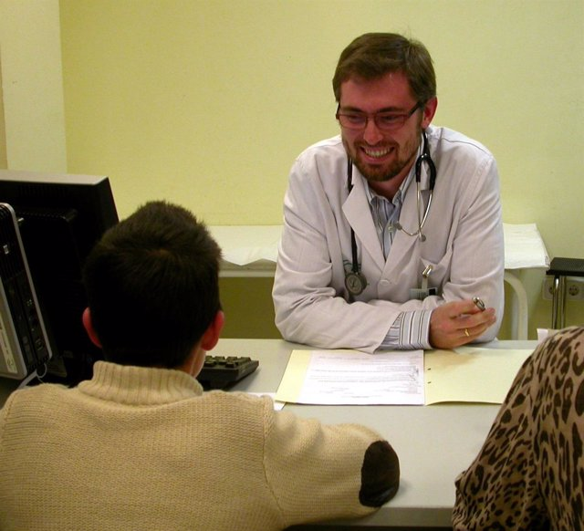 Un Médico Atiende A Un Paciente En Su Consulta