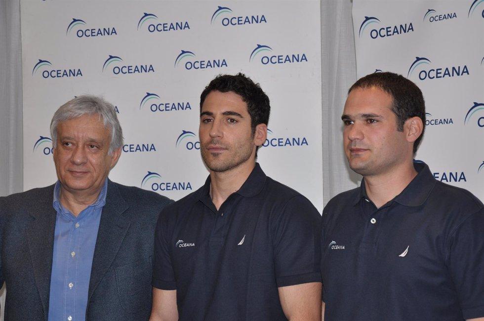 Miguel Ángel Silvestre Y El Presidente De Oceana Europa Xavier Pastor
