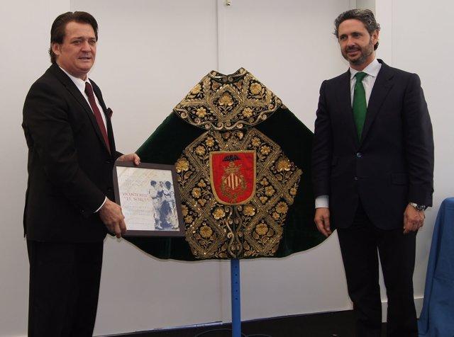 El Soro E Isidro Prieto Junto Al Capote Que Se Expondrá En El Museo Taurino.