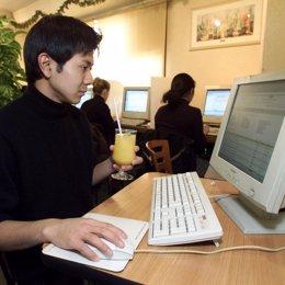 Un hombre trabaja con un ordenador