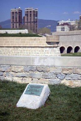 Monolito Colocado En La Vuelta Del Castillo En Memoria De Los Fusilados