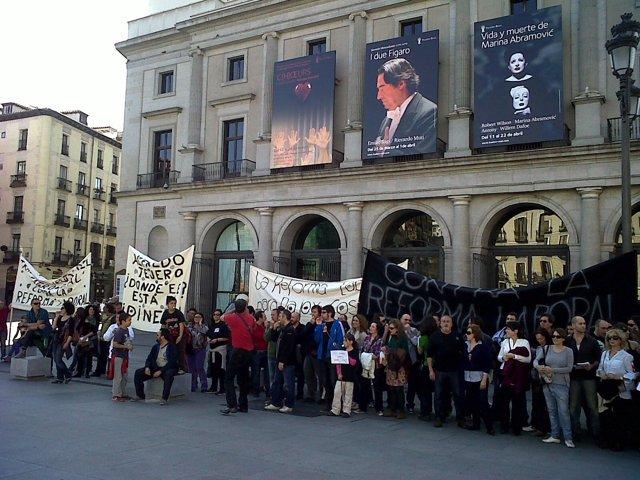 Trabajadores Del Real Manifestándose Frente Al Coliseo