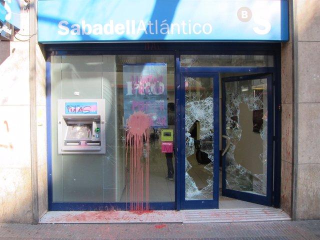 Sucursal Del Banco Sabadell Dañada Por Radicales