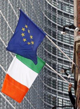 Bandera de la Unión Europea e Irlanda en la Comisión Europea