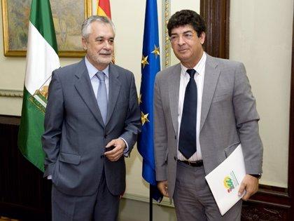Miembros de las comisiones negociadoras de PSOE-A e IULV-CA mantienen este lunes en Sevilla una primera reunión