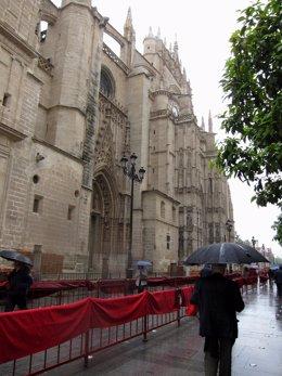 Imagen De La Catedral De Sevilla En Semana Santa Con Lluvia