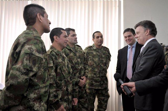 Juan Manuel Santos Con Los Uniformados Liberados Por Las FARC.