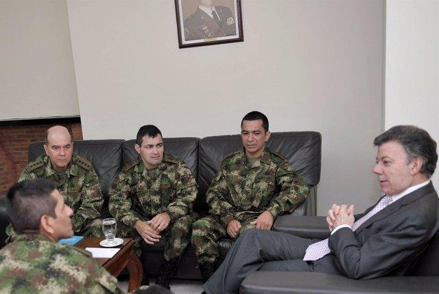 Juan Manuel Santos Con Los Uniformados Liberados Por Las FARC