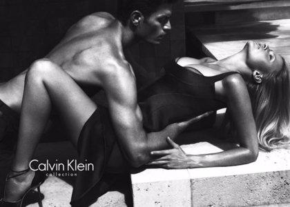 Lara Stone vuelve a derrochar sensualidad para Calvin Klein