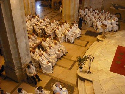 """El obispo de Santander dice a los sacerdotes que en estos tiempos """"duros"""" no cabe """"el derrotismo y la angustia"""""""