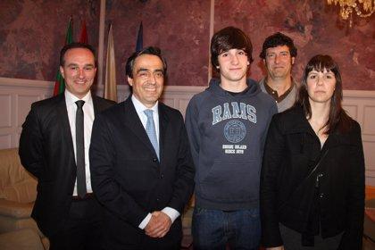 El alcalde recibe al nadador torrelaveguense Víctor Ingelmo