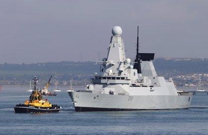 Zarpa hacia las Islas Malvinas el poderoso buque británico HMS Dauntless
