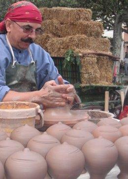 Un Artesano Muestra El Oficio De Alfarero En El Mercado Medieval De Cullera.