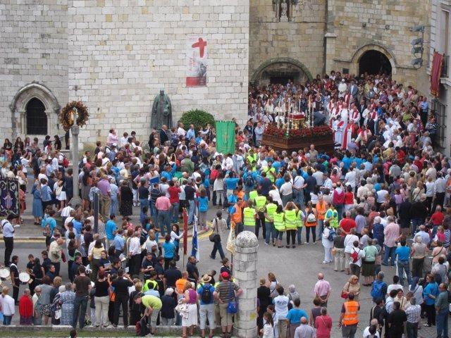 El Lignum Crucis En La Catedral De Santander, Antes De Una Procesión.