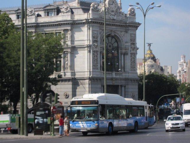 Autobús De La EMT De Madrid En La Plaza De Cibeles