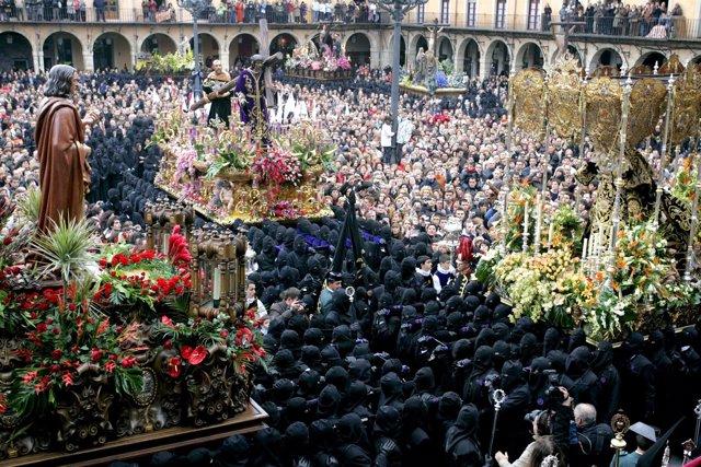 Miles De Personas Asisten En La Plaza Mayor De León Al Encuentro De La Procesión