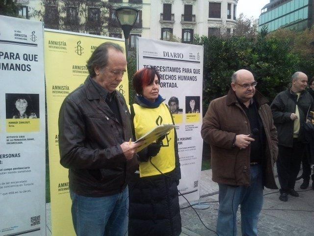 Serrat Leyendo El Manifiesto Junto Al Presidente De Amnistía Internacional