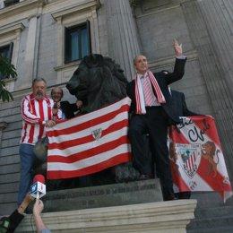Josu Erkoreka viste del Athletic al león del Congreso