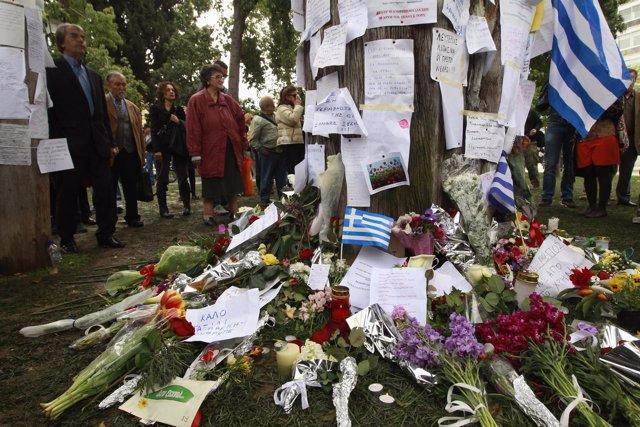 Homenaje A Un Hombre Que Se Suicidó En Grecia