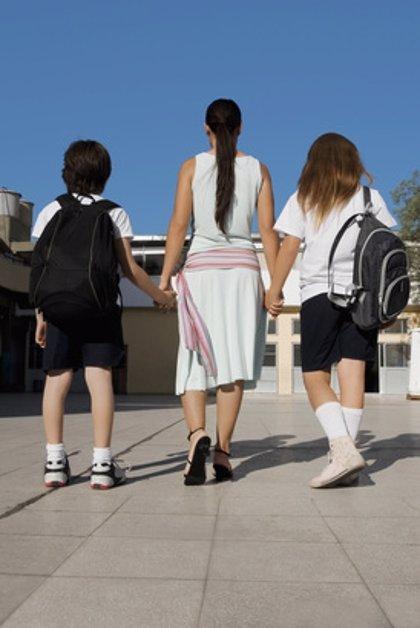 ¿Deberían cobrar los padres que se quedan en casa para cuidar de sus hijos?