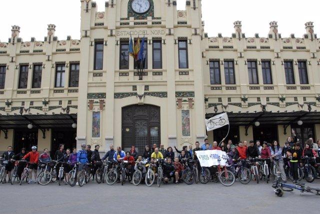 Marcha Ciclista Hasta Alcoy Para Reivindicar El Uso De La Bicileta Y El Tren