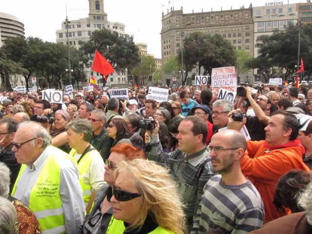Centenares De Personas Se Concentran En Plaza Catalunya