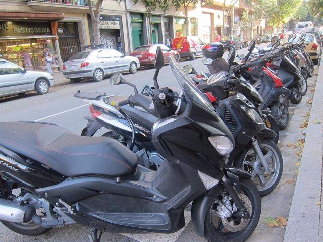 Motos Estacionadas En La Calle Tamarit, Barcelona