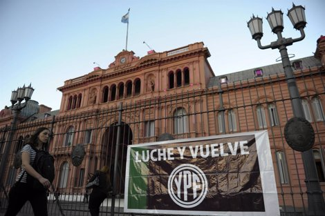 Cartel A Favor De La Nacionalización De YPF Frente A La Casa Rosada