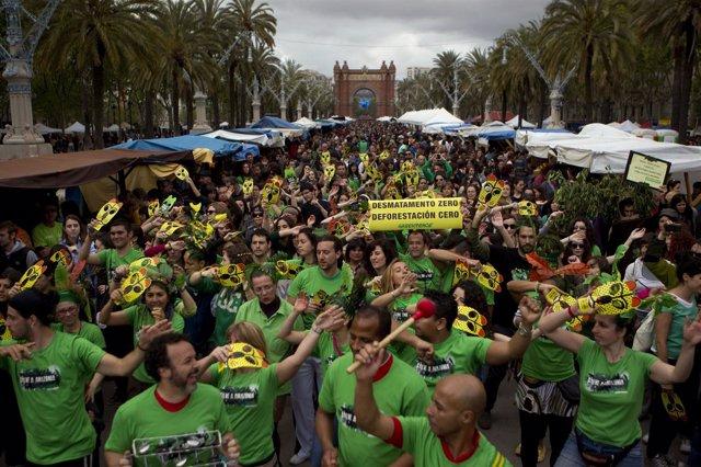 Participantes En El Flashmob De Greenpeace Bailan A Lo Largo Del Passeig Lluís C