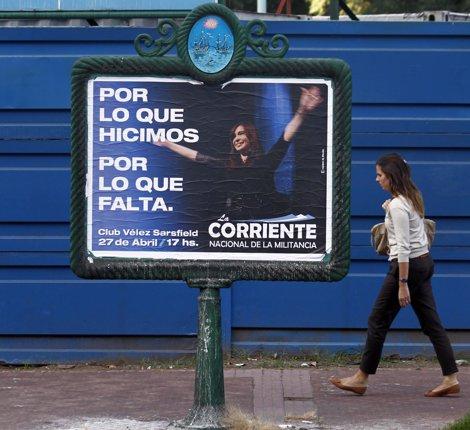 Mujer Pasea En Argentina Ante Un Cartel De Fernández De Krichner Apoyando A YPF
