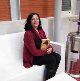 La Narradora Y Poeta Inma Chacón Con Su Último Libro 'Tiempo De Arena'.