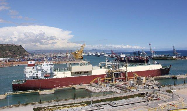 La Embarcación Al Utouriya En El Moll De L'energia Del Puerto De Barcelona