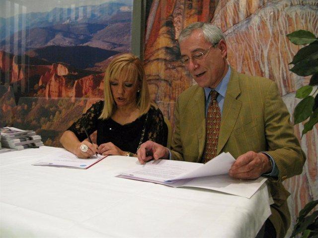 Isabel Carrasco Y Enrique Hernáez Durante La Firma Del Acuerdo.