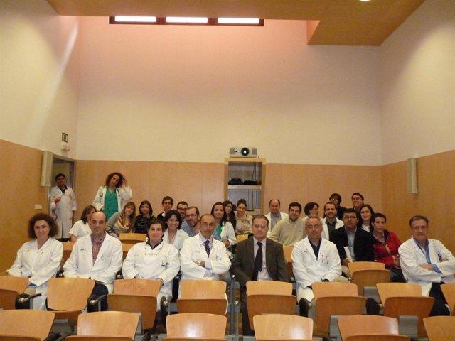 Médicos asisten a una jornada de investigación en un hospital