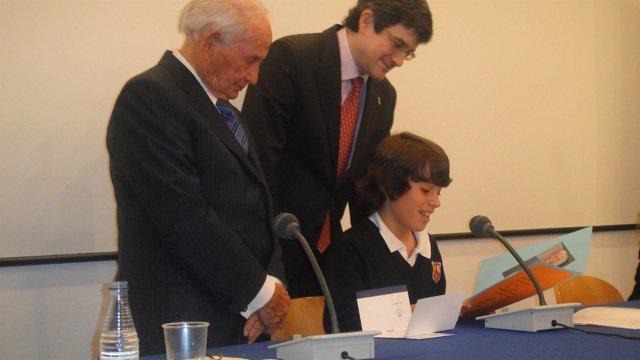 Sergio Ojer Lee El Trabajo Premiado Ante El Consejero Iribas Y Rafael Guardans.