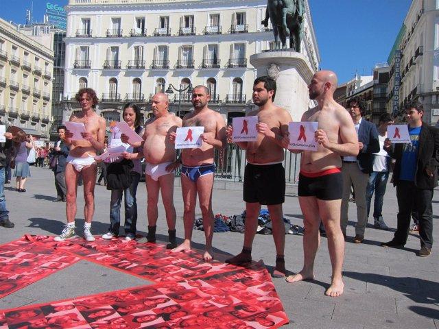 Miembros De La Plataforma Y Pedro Zerolo Durante La Reivindicación Del VIH