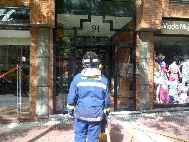 Bombero Ante El Edificio De Santa Engracia En El Que Se Ha Originado El Fuego