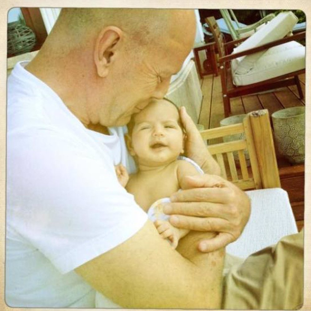 Bruce Willis presenta a su hija