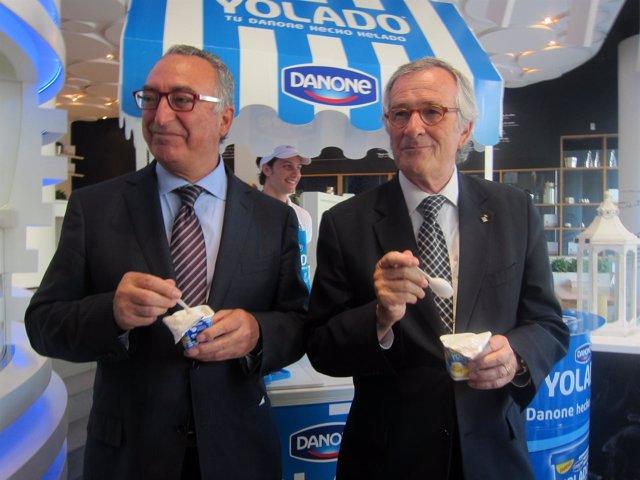 El Presidente De Danone J. Robles Y El Alcalde X. Trias Probando El Yolado