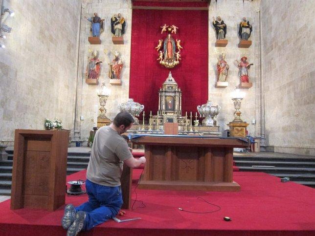 Un Trabajador Instalando El Nuevo Altar De La Catedral Nueva De Salamanca
